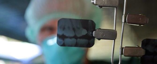 Falso dentista in uno studio abusivo di Bologna: non aveva la laurea