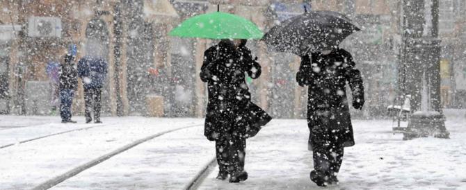 Neve, allarme dell'Anas: «Non mettetevi in viaggio». Morto un clochard a Firenze