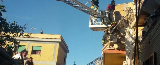 Paura a Roma: palazzina di due piani crolla ad Acilia per una fuga di gas