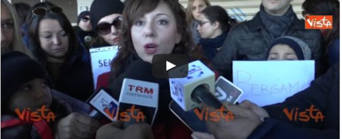 """«Siamo deportati». La protesta dei docenti con i """"nastrini rossi"""" (video)"""