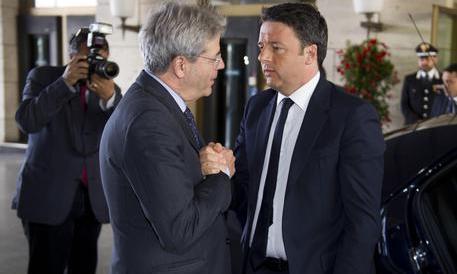 Sondaggio, gli italiani bocciano Gentiloni e vogliono Renzi fuori dalla politica