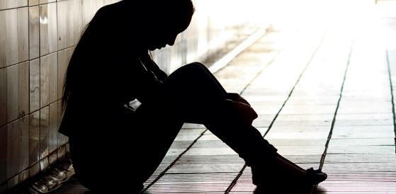 Adescano 20enne su Fb e la stuprano in branco: presi 7 rom (VIDEO)