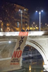 Striscione per il No a Roma