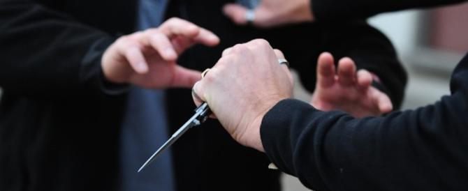 Vuole accoltellare i poliziotti: arrestato 50enne con problemi di alcolismo