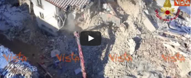 Le spettacolari immagini di Amatrice e l'azione dei Vigili del fuoco (video)
