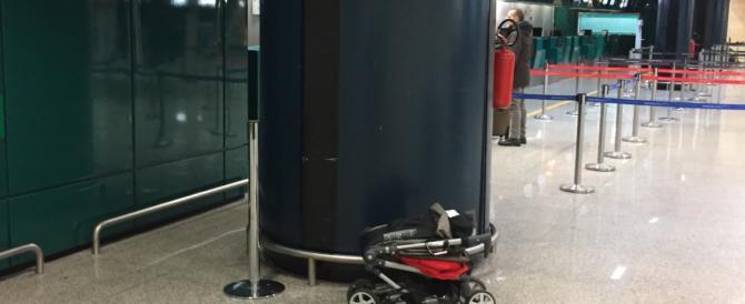Fiumicino, bagaglio abbandonato: passano i minuti, nessuno interviene (video)