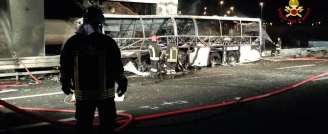 Strage di studenti in gita, bus in fiamme vicino Verona: 16 morti (video)