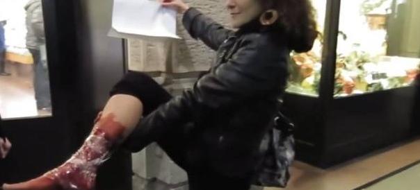 """Il blitz horror dei vegani contro la """"strage dei suini"""" a Capodanno (video)"""