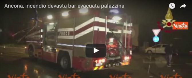Paura e lacrime ad Ancona: un rogo distrugge un bar pasticceria (video)