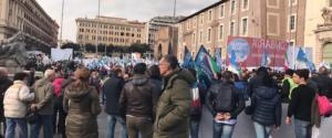 Italia sovrana con Fratelli d'Italia e Giorgia Meloni. Le prime immagini del corteo partito da piazza della Repubblica a Roma