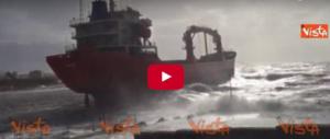 Mareggiata a Livorno, nave si incaglia a pochi metri dalla riva (VIDEO)