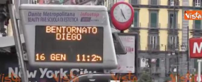 """Maradona a Napoli, """"bentornato Diego"""" anche alle fermate dei bus (video)"""