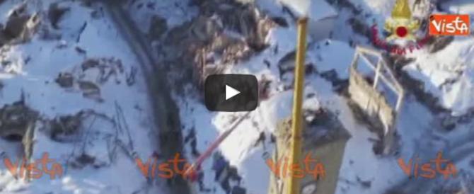 Norcia, maxigru rimuove la campana dalla torre della chiesa (video)