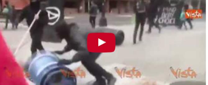 Proteste anti Trump, vandalismi, spari e assalti ai negozi: 200 arresti (video)
