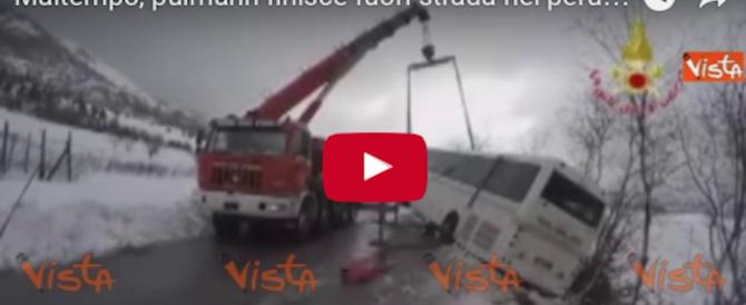Strade ghiacciate, un pullman finisce fuori strada nel perugino (Video)