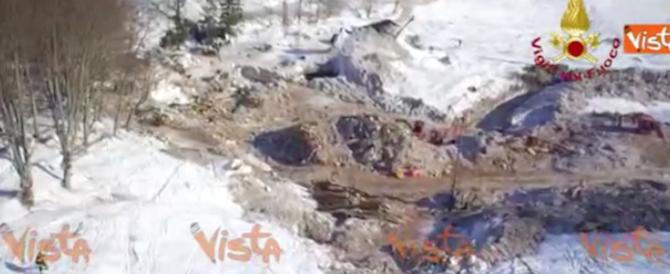 Le incredibili immagini del drone in volo sulla slavina del Rigopiano (video)
