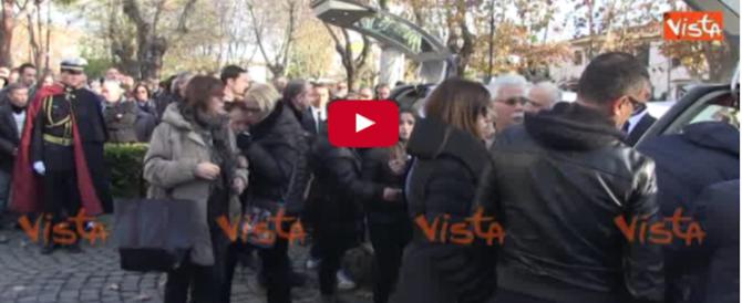 Acilia, chiesa gremita ai funerali di mamma e figlia morte nel crollo della palazzina (Video)