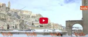 Matera, i Sassi coperti di neve e gli abitanti in slittino per le stradine (Video)