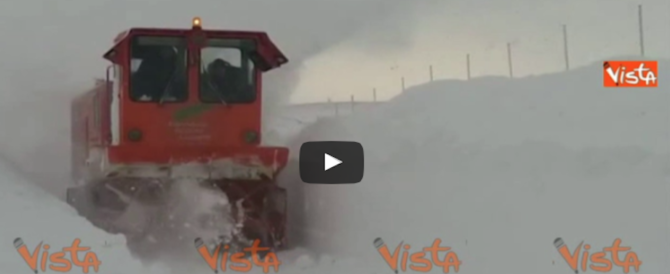 Maltempo, spazzaneve si immerge nella neve per creare un passaggio  (Video)