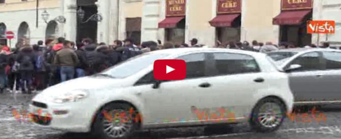 Roma, scuole al freddo: gli studenti in sit-in contro la Raggi (Video)
