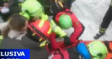 Le prime immagini del salvataggio. In salvo la mamma e il suo bambino (video)