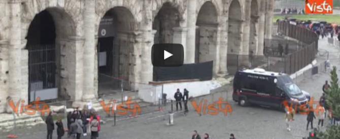 Colosseo, tecnici al lavoro da 10 giorni, ma le scritte non si cancellano (video)