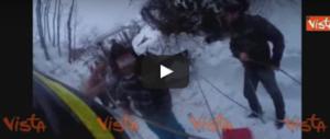 Una storia a lieto fine: i Vigili del fuoco salvano un cavallo bloccato nella neve (video)