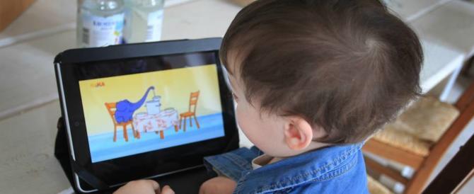 Tablet e smartphone ai bimbi: l'80 per cento dei genitori non sa dire di no