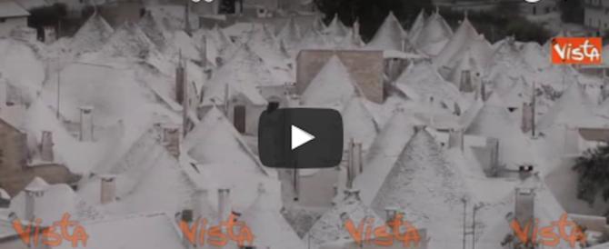 Puglia flagellata, continua nevicare, scuole chiuse. La neve sui trulli (Video)