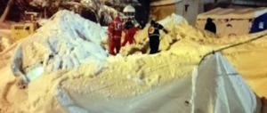 Valanga sull'hotel, ancora persone intrappolate: «Aiuto, moriamo di freddo» (Video)