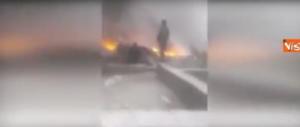 Aereo caduto, le drammatiche immagini dei soccorritori tra le fiamme (video)