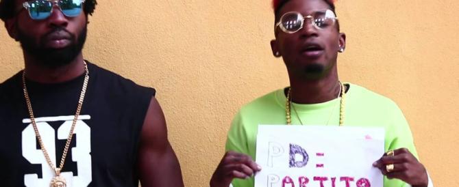 Niente concerti per il rapper Bello Figo che nei suoi testi prende in giro Mussolini (video)