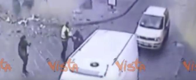 Napoli, campana di vetro esplode per strada: donna ferita (video)