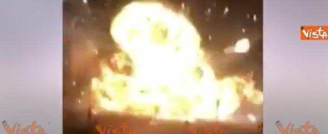 """Napoli, violenta esplosione in strada: è la """"bomba"""" Trump di Capodanno (video)"""