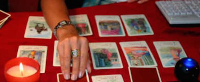 Cartomante spilla 60mila euro a una donna: denunciata per truffa