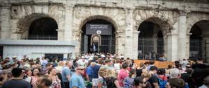 Aggrediscono una turista al Colosseo e fuggono tra la folla: i vigili bloccano 2 algerini