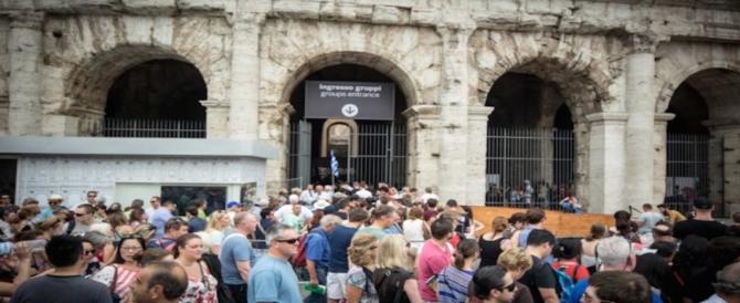 """Una """"civilissima"""" tedesca sorpresa a incidere il suo nick name sul Colosseo"""