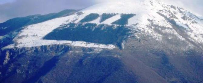 """Con la neve rispunta il """"Dux"""" sui monti: fioccherà un'altra polemica? (video)"""