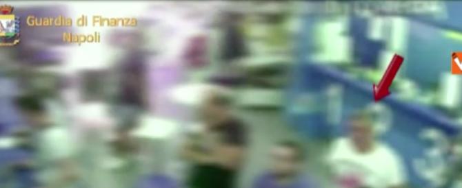 Finto cieco smascherato mentre scommette in in sala corse (VIDEO)