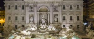 Il bagno nella Fontana di Trevi costa 450 euro di multa a due canadesi