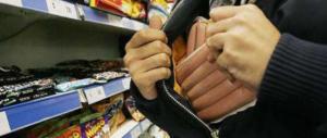 Doppio colpo, salmone e saponi rubati in due supermercati: fermati 2 romeni