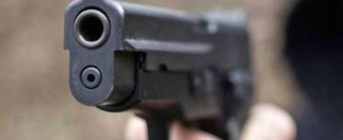 Panico a Genova: in auto punta pistola contro i passanti. Ma è un giocattolo