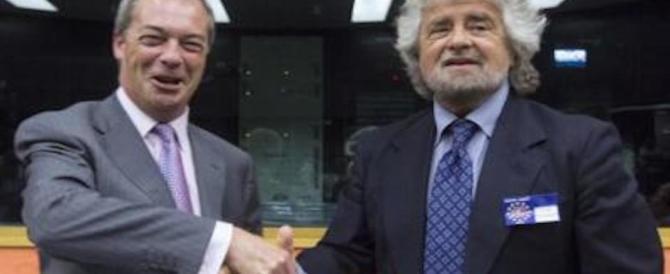 Il Grillo salta all'indietro: l'Europa lo isola, lui torna in ginocchio da Farage