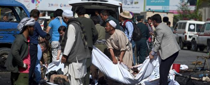 """Duplice attentato talebano nella Kabul """"pacificata"""", decine di morti"""