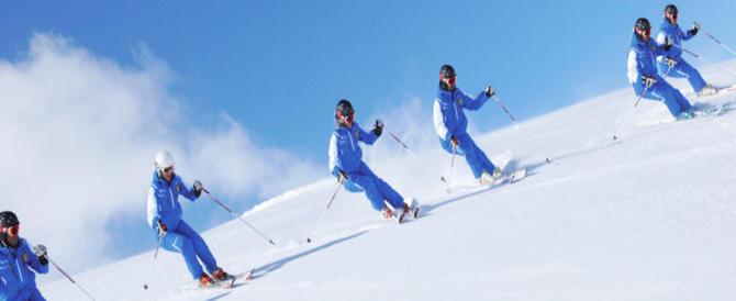 Lezioni di sci ai migranti pagati coi fondi europei. La Lega s'infuria
