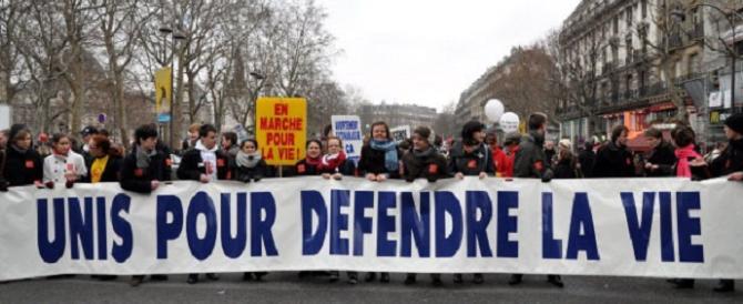 """Parigi """"risponde"""" a New York con la marcia per la vita: a migliaia in piazza"""