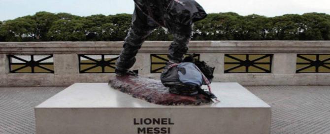 Argentina, mutilata la statua dedicata a Leo Messi. E la foto impazza sul web (video)