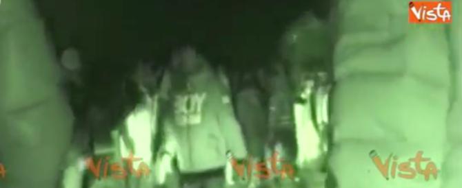 Migranti in rivolta a Cona: ecco le immagini della terribile notte (video)