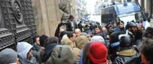 Migranti, il sindaco di Vitulano dice basta e chiude la strada per il centro d'accoglienza