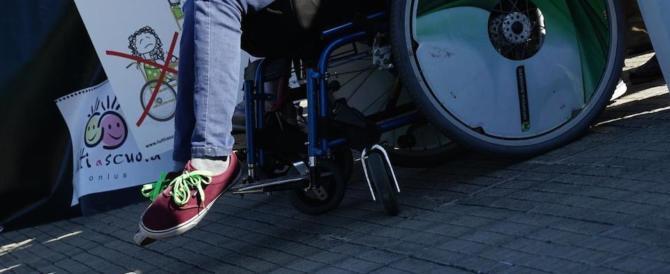 Niente assistenza a scuola per i figli disabili: genitori si incatenano a Palermo